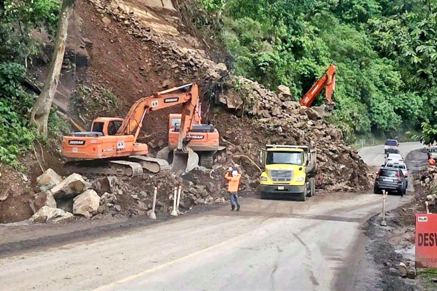 Riesgo continúa en la vía Alóag-Unión del Toachi por deslaves