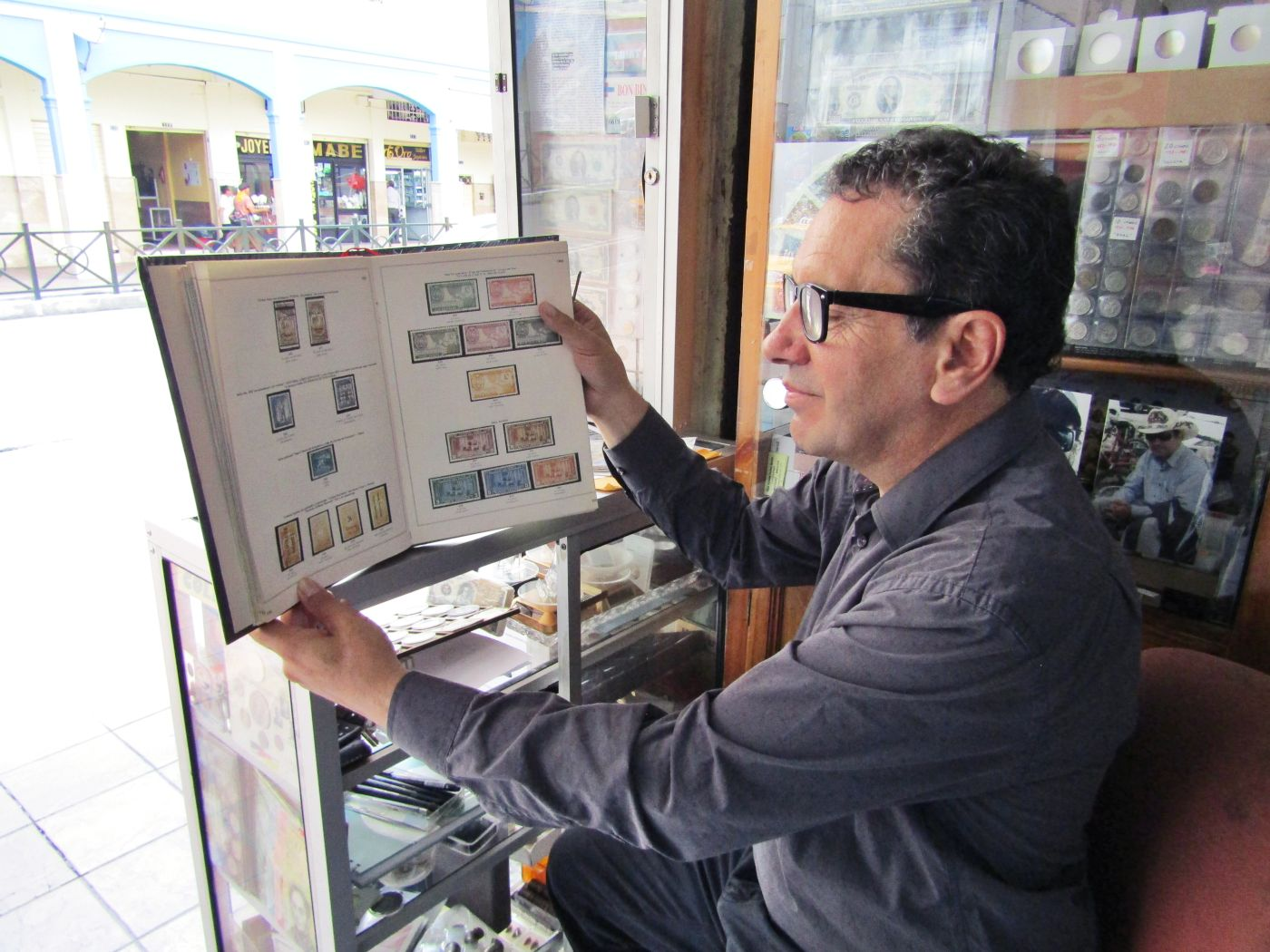 Celso Palacio y su arte de 'juntar' estampillas, billetes y monedas