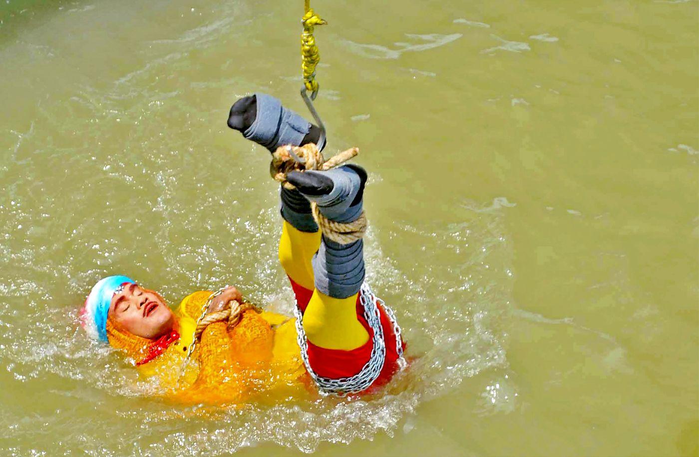 Un mago indio desaparece en el Ganges en un acto de ilusionismo