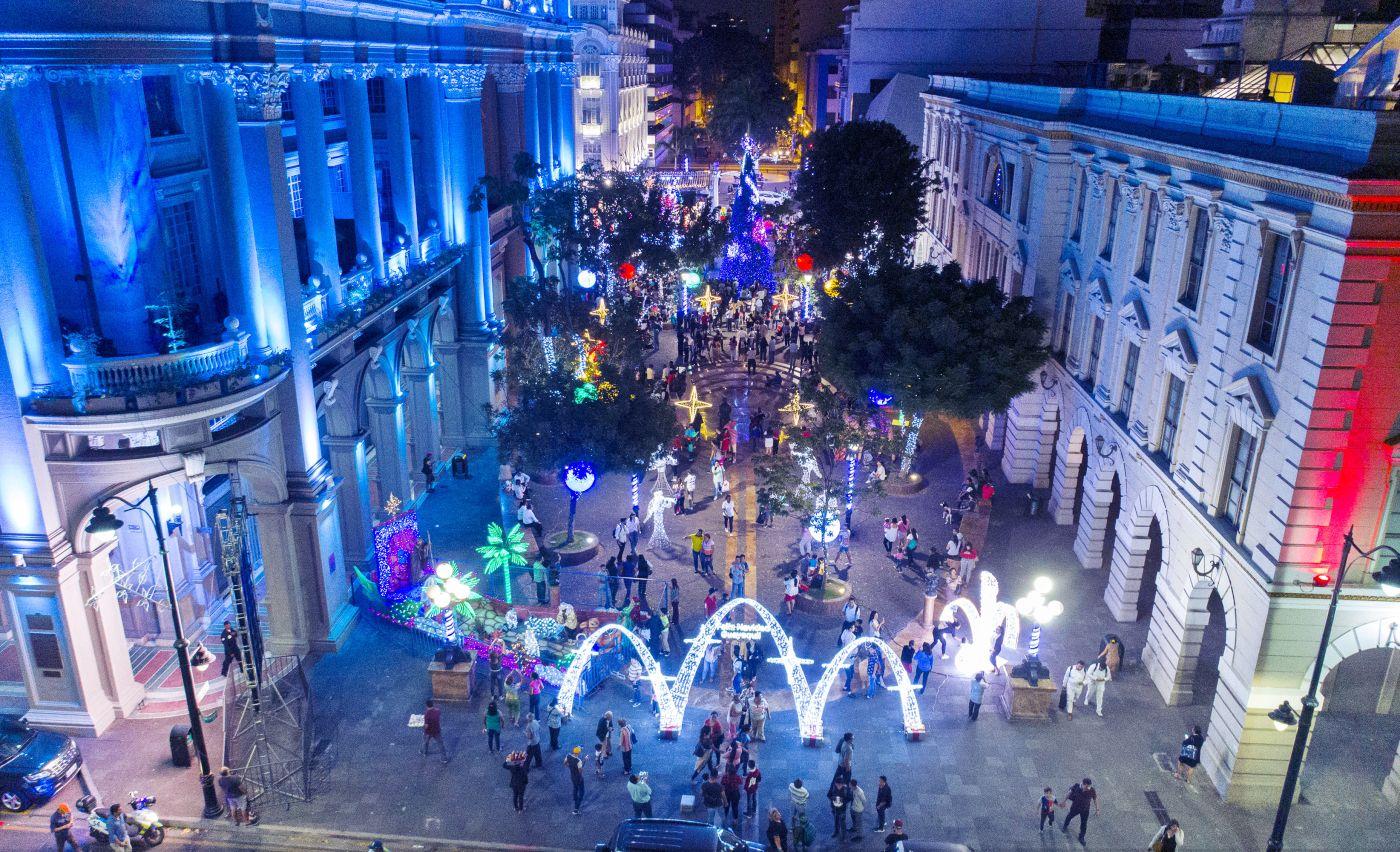 Guayaquil: Encienden la Navidad en la Plaza de la Administración con un árbol de 13 metros de altura