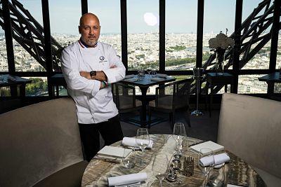 Desde lo alto de la Torre Eiffel, el chef Anton dice estar listo para atender a sus comensales
