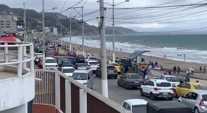 Unos 400 bañistas fueron desalojados de la playa de Crucita