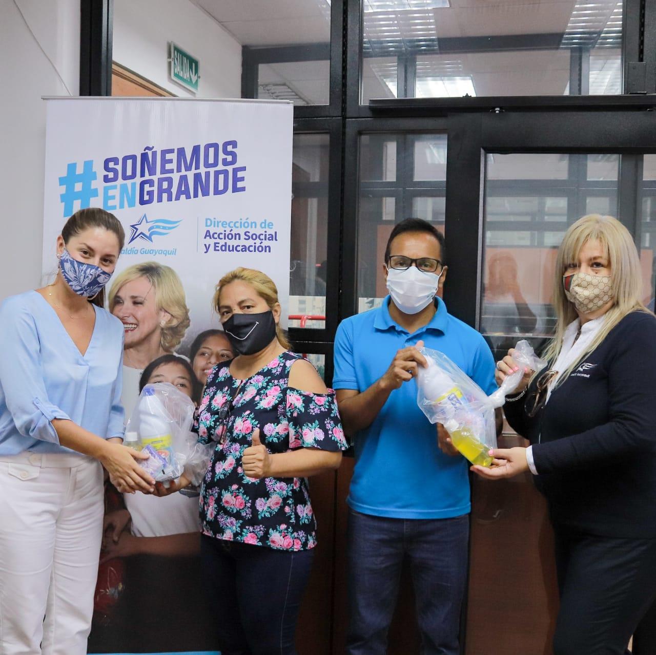 Municipio de Guayaquil entregó 600 kits de desinfección a representantes de barrios y otras organizaciones populares