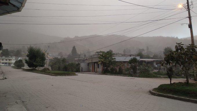 Intensa caída de ceniza en Chimborazo, Bolívar, Guayas, Manabí y Santa Elena por actividad del volcán Sangay