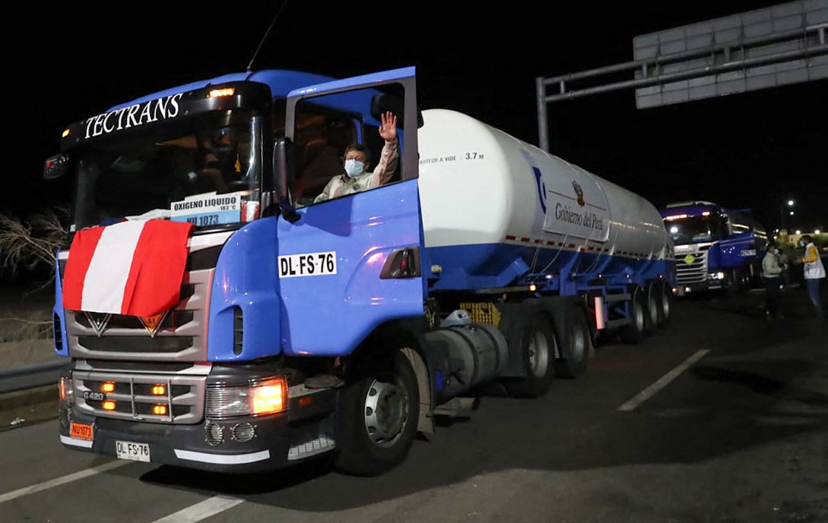 Camión cisterna con 20 toneladas de oxígeno medicinal envía Ecuador a Perú para atender a enfermos de COVID-19 en dos hospitales
