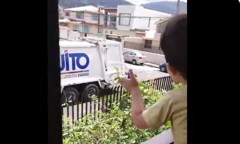 Bruno, un niño de Quito, admira la labor de los trabajadores de Emaseo: Mientras pasan por su casa los saluda desde la ventana (VIDEO)