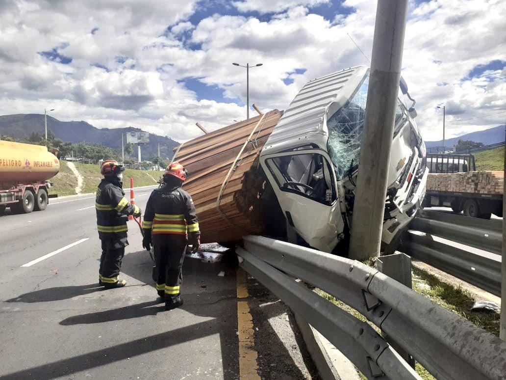 Un poste y la defensa evitaron que un camión se volteara en la Ruta Viva cerca del puente del Chinche (FOTOS)