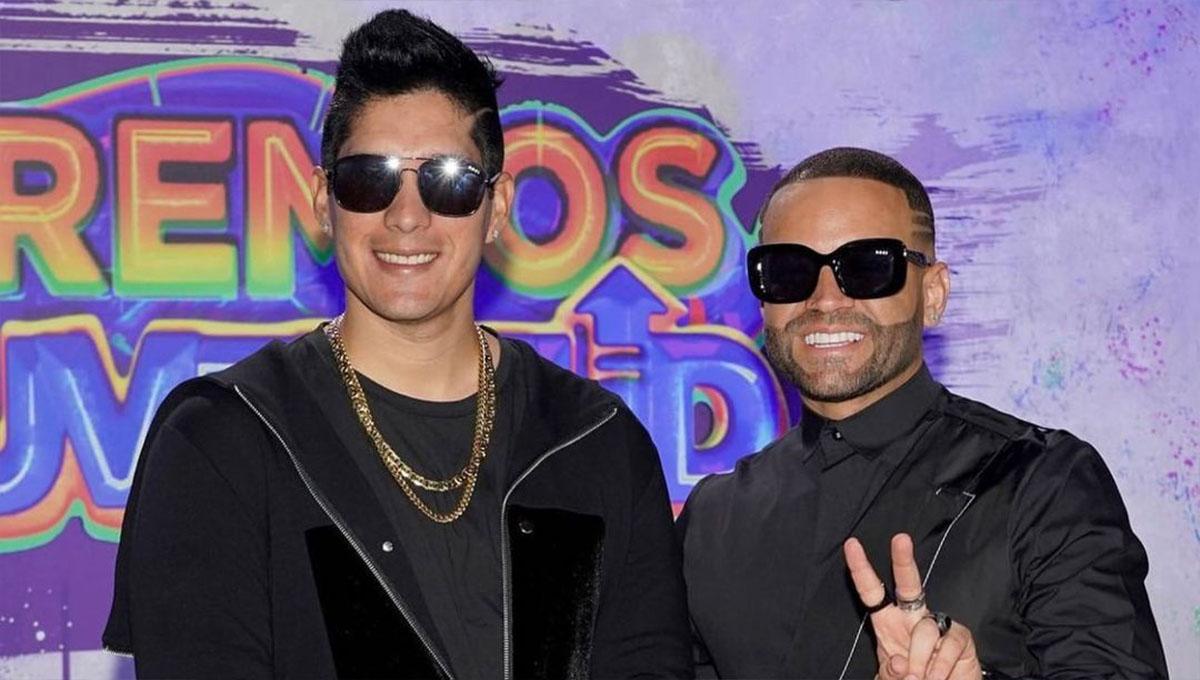 Emotivo gesto de Nacho para Chyno MIranda en los Premios Juventud