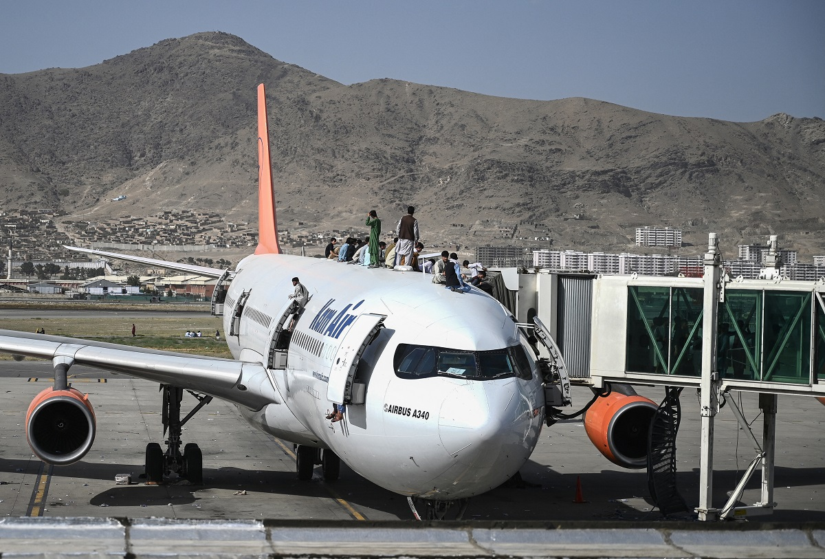 Dos personas caen de un avión que sale desde Afganistán